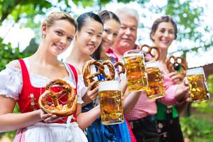 in beer garden - friends drinking beer in bavariaの写真素材 [FYI00688487]
