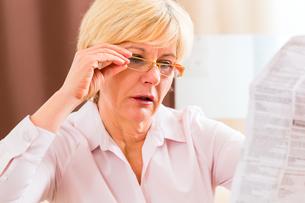 senior reading with presbyopia leafletの写真素材 [FYI00688505]