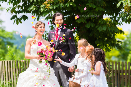 wedding couple with flower childrenの写真素材 [FYI00688509]