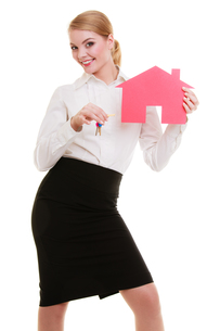 business woman real estate agent holding red paper house keysの写真素材 [FYI00688729]