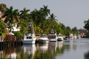boat dock on a canal in fort lauderdaleの写真素材 [FYI00688874]