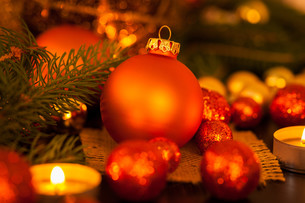 warm gold and orange christmas decoration with candlelightの写真素材 [FYI00688880]
