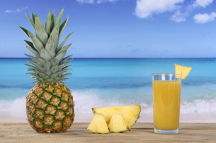 pineapple fruit and juice in the summer by the seaの写真素材 [FYI00688931]