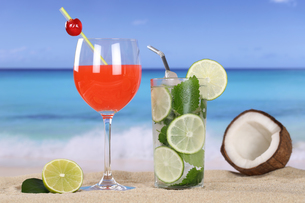 cocktails and drinks on the beach with sandの写真素材 [FYI00688934]