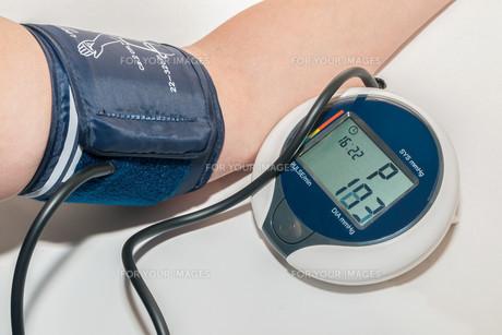 when measuring blood pressureの写真素材 [FYI00689247]