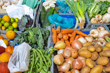 colorful vegetables on a market stallの写真素材 [FYI00689310]