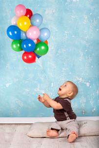 little boy playing with balloonsの写真素材 [FYI00690328]