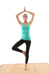 woman doing yogaの写真素材 [FYI00690672]