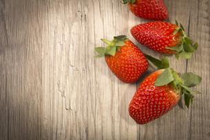 strawberries on woodの写真素材 [FYI00690956]