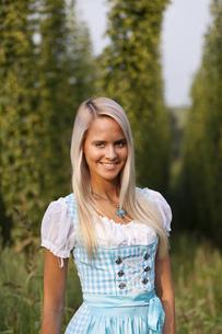 bayerisches madl in a dirndlの写真素材 [FYI00691217]