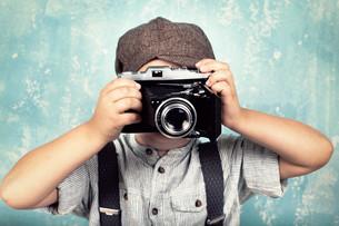 little boy with camera - retro styleの写真素材 [FYI00691261]