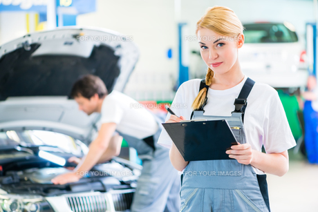 mechanics team working in auto repair shopの写真素材 [FYI00691531]