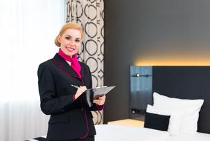 housekeeper in control of hotel suiteの写真素材 [FYI00691538]
