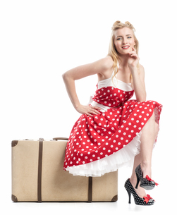 a woman sitting on a suitcase and waitingの写真素材 [FYI00691599]