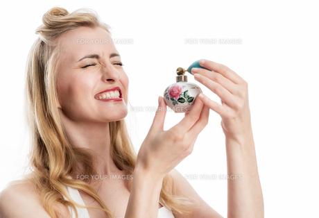 woman with perfumeの写真素材 [FYI00691608]
