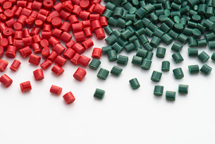 red and green plastic granulateの写真素材 [FYI00691622]