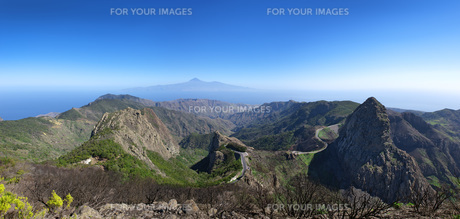 la gomera - panorama - h?henstrasse with los roquesの写真素材 [FYI00692356]
