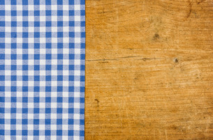 rustic wooden background with a blue checkered tableclothの写真素材 [FYI00692742]