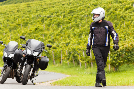 motorcyclist with a helmet goes on the roadの素材 [FYI00692834]