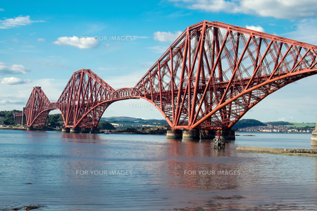 the railway bridge over the firth of forth in scotlandの写真素材 [FYI00692846]