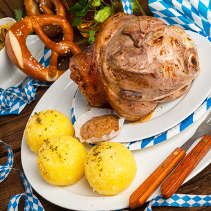 pork - pork knuckle on bavarianの写真素材 [FYI00692901]