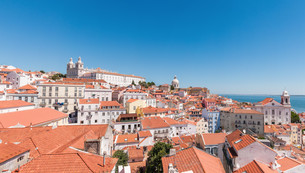panoramic view of the alfama district in lisbonの写真素材 [FYI00693810]