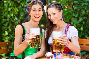 in beer garden - friends drinking beer in bavariaの写真素材 [FYI00694475]