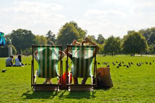 in deckchair relaxing in hyde parkの写真素材 [FYI00695050]