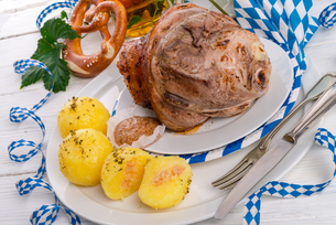 pork - pork knuckle on bavarianの写真素材 [FYI00695054]
