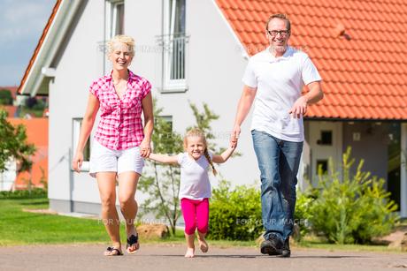 family walk before homeの写真素材 [FYI00695198]