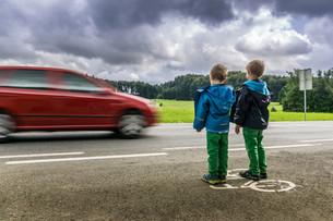 danger for children on the roadの写真素材 [FYI00695381]