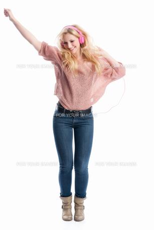 woman listening music with headphonesの写真素材 [FYI00695502]