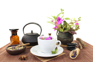 chinese herbal medicine with a cup of tea and flowersの写真素材 [FYI00695621]