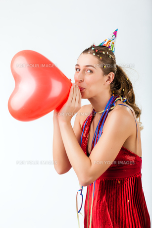 wife's birthday and holding a heart balloonの素材 [FYI00695800]