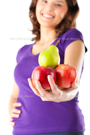 healthy eating - woman with apples and pearの写真素材 [FYI00695806]