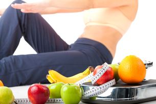 diet and sport - young woman doing sit-upsの写真素材 [FYI00695807]