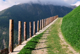 mountain trail in val senalesの写真素材 [FYI00695849]