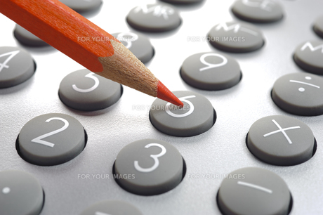 calculator with red pen as a symbol of savingsの写真素材 [FYI00695858]