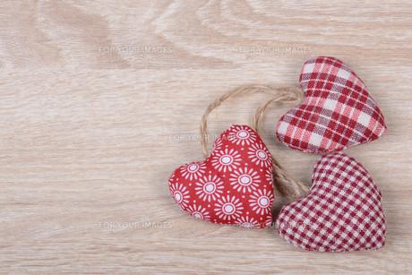 heart on wood backgroundの写真素材 [FYI00695967]