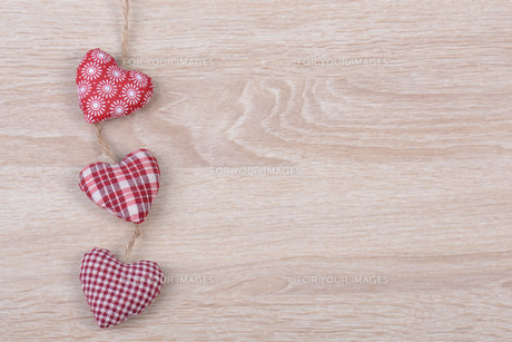 heart on wood backgroundの写真素材 [FYI00695973]