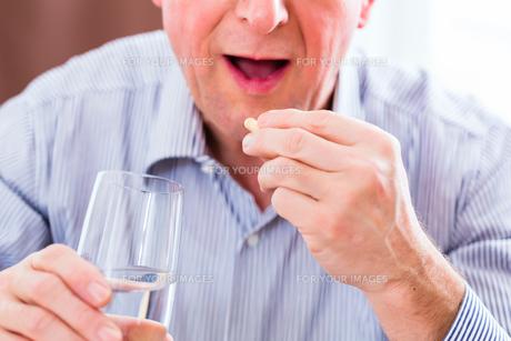 senior takes home overdose of pillsの写真素材 [FYI00696136]