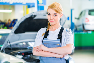 car mechanic working in auto repair shopの写真素材 [FYI00696140]