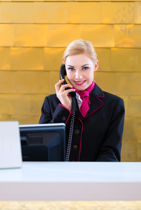 hotel receptionist phoned guestの素材 [FYI00696141]