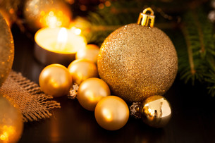 warm gold and orange christmas decoration with candlelightの写真素材 [FYI00696261]