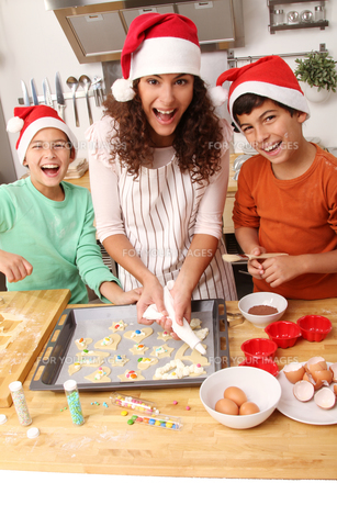 family baking biscuitsの写真素材 [FYI00696505]