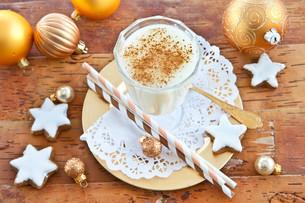 eggnog with cinnamonの写真素材 [FYI00696516]