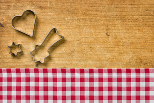 wood background with christmas cookie cuttersの写真素材 [FYI00696568]