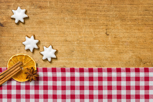 wooden background with christmas spicesの写真素材 [FYI00696569]