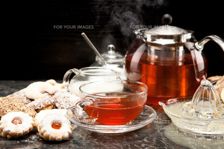 hot steaming tea with christmas biscuitsの写真素材 [FYI00696651]
