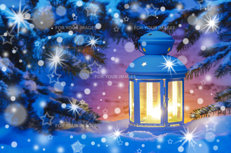lantern with candle in snowの写真素材 [FYI00696657]